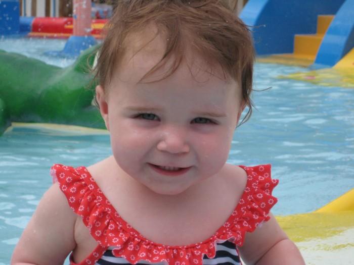 Anna in het zwembad (7)