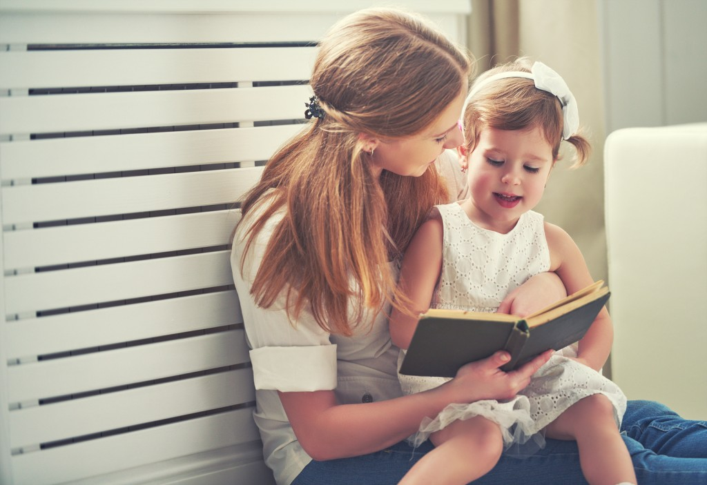 moeder kind opvoeding Little Girl Reading Book