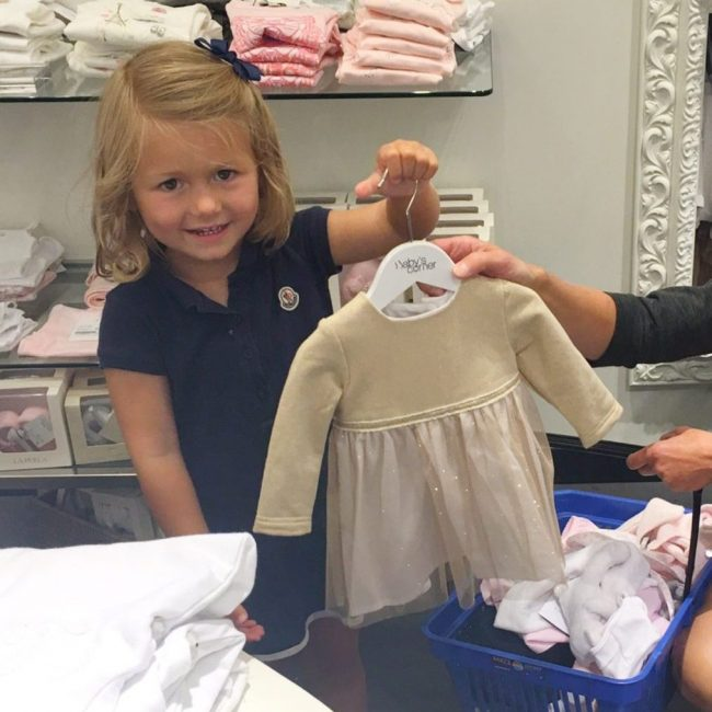 grote zus eerste babykleertjes MAMA to the max