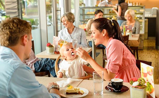 mama to the max mamatothemax uiteten met je baby kind dreumes peuter kinderstoel restaurant terasje pikken menu kaart kindermenu