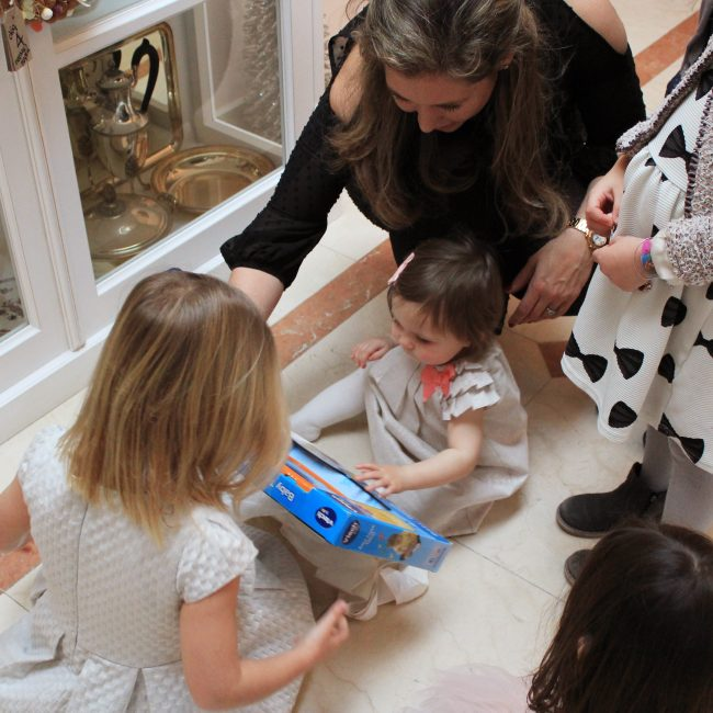Lilou 1 jaar verjaardag taart tafel versiering jarig vtech speelgoed