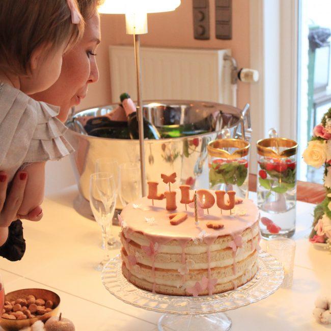 Lilou 1 jaar verjaardag taart tafel versiering jarig kaarsjes uitblazen
