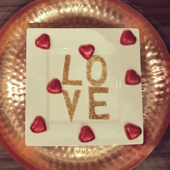 Valentijnsdag mama to the max pannenkoek ontbijt letters love
