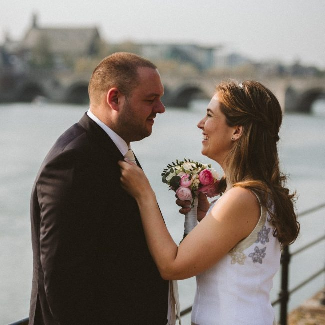 wedding wettelijk huwelijk stadhuis maastricht newlyweds pasgetrouwd bruidsfotografie bruidsfotograaf guy Houben bruidsmeisje mama to the max