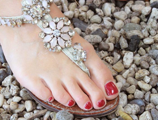 zomer outfit sandalen met steentjes sam edelman