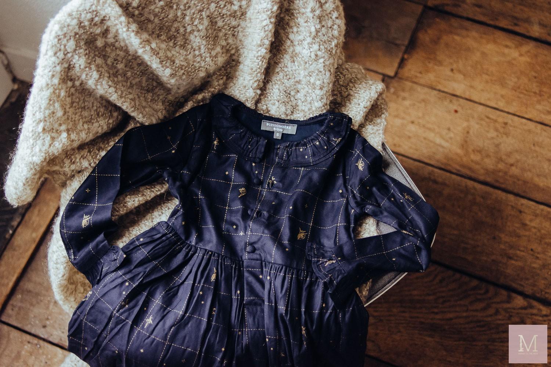 donkerblauwe jurk met gouden details buissonniere